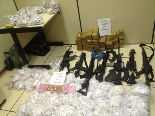 Fuzis e drogas foram apreendidos pela polícia no segundo distrito de Cabo Frio. (Foto: Americo Chakal)
