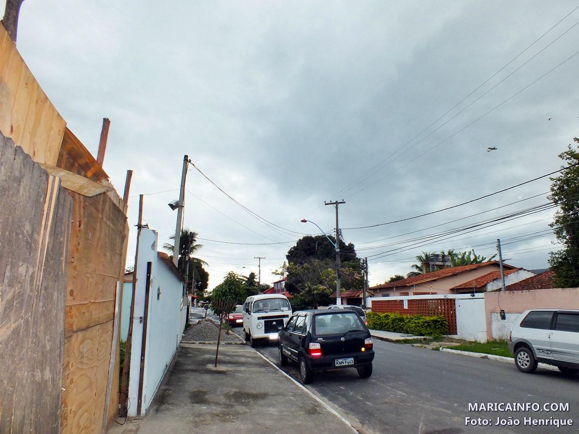 Aeronaves sobrevoam local onde aconteceu a queda de um avião no dia 11 de setembro. (Foto: João Henrique | Maricá Info)