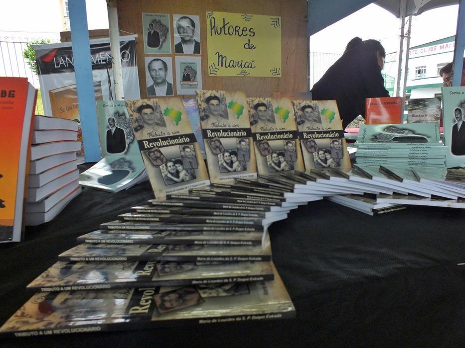Estande com livros de autores de Maricá. (Foto: João Henrique | Maricá Info)