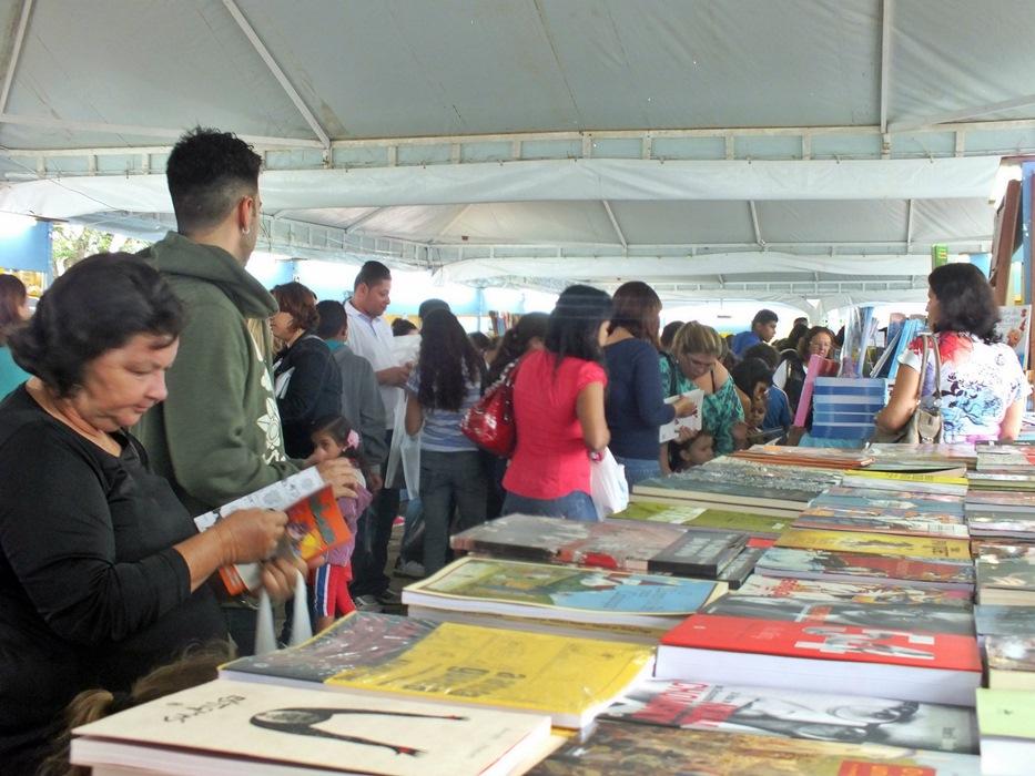 Livros de todos os gêneros estão sendo vendidos na FLIM. (Foto: João Henrique | Maricá Info)