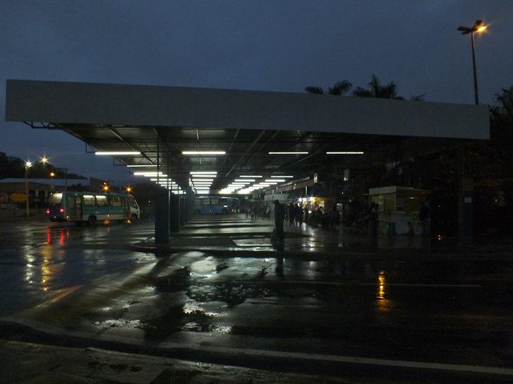 Falta de iluminação, limpeza e higiene nos banheiros incomoda passageiros. (Foto: João Henrique | Maricá Info)