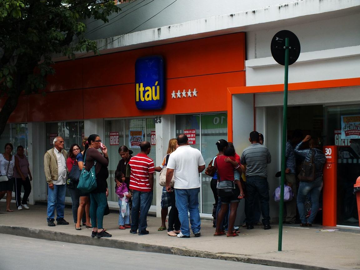 Greve causou imensas filas nos caixas eletrônicos. (Foto: João Henrique | Maricá Info)