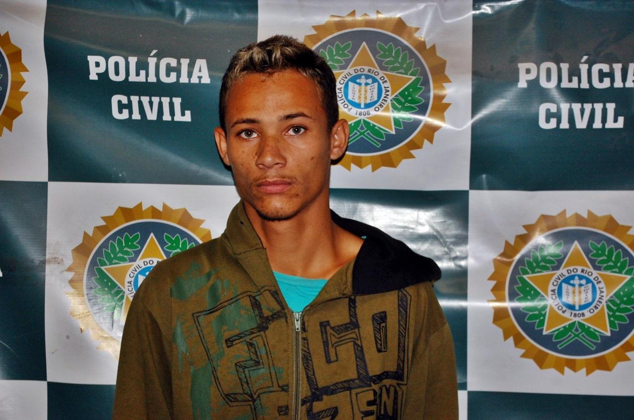 Jovem foi preso com 50 papelotes de cocaína. (Foto: Leonardo Costa)