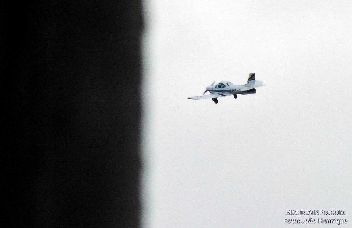 Aeronave prefixo PP-KJB faz sobrevoo sobre o Centro de Maricá. (Foto: João Henrique | Maricá Info)
