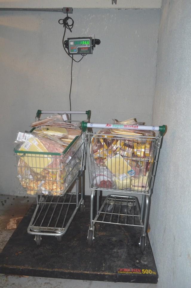 Carnes e laticínios estavam expostos sem refrigeração. (Foto: Clarildo Menezes)