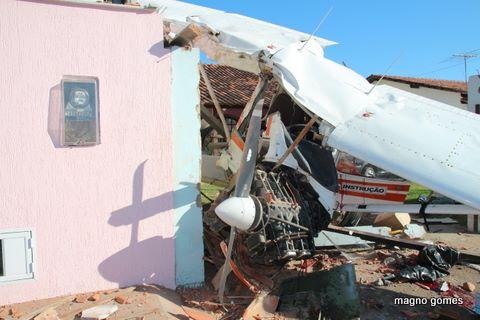 Queda de avião deixou o piloto morto e o aluno de uma escola de aviação ferido. (Foto: Magno Gomes)