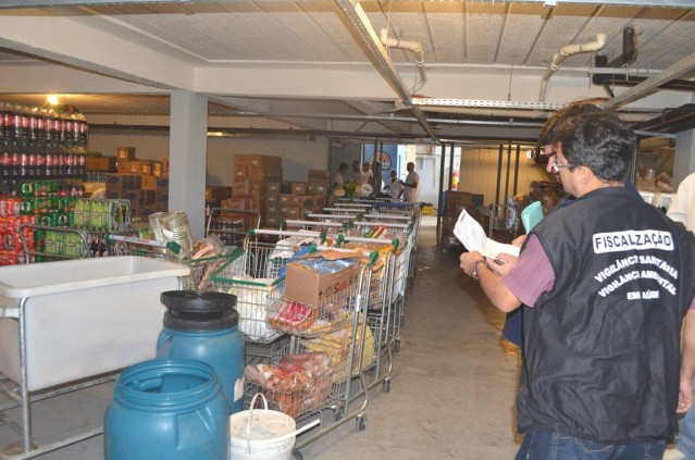 Uma tonelada de mercadorias estavam impróprias para consumo no SuperMarket em São José. (Foto: Clarildo Menezes | PMM)