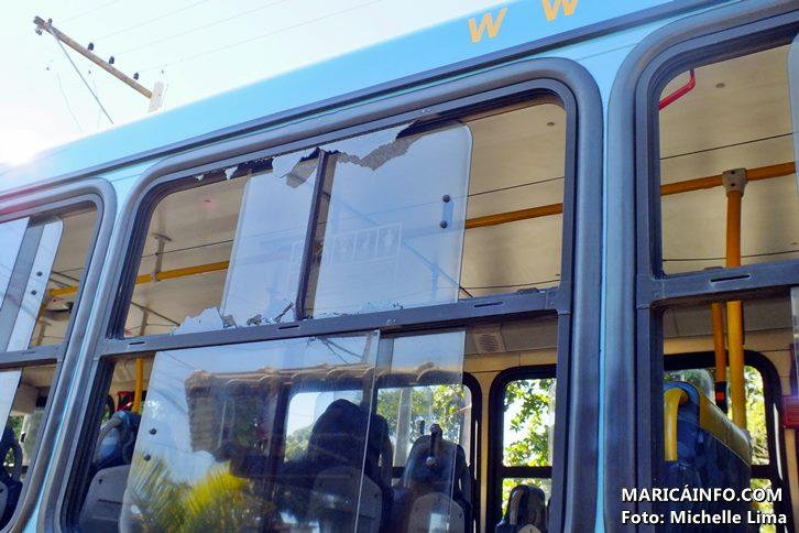 Vidro estilhaçou mas ninguém ficou ferido. (Foto: Michelle Lima | Maricá Info)