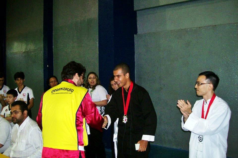 Atleta recebe medalha de campeão internacional de Tai Chi Chuan. (Foto: Divulgação)