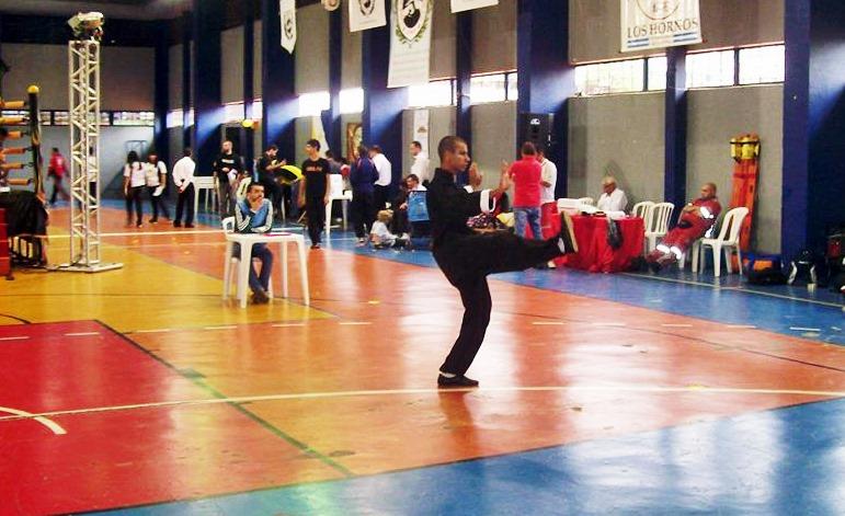 Diego se apresenta para os jurados no campeonato internacional de Kung-Fu. (Foto: Divulgação)