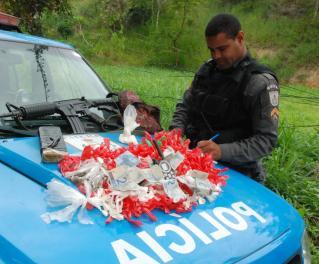 Fuzil e entorpecentes foram apreendidos pelos agentes do Batalhão de SG. (Foto: Maurício Gil)
