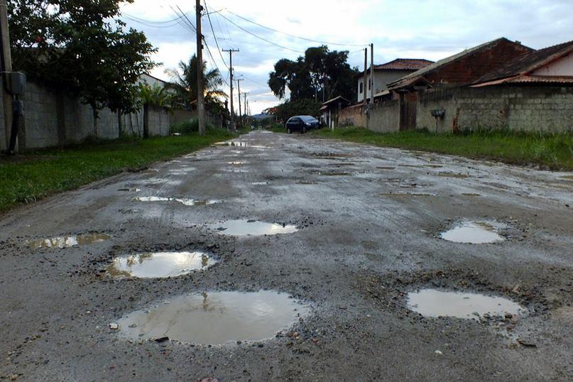 Ruas completamente esburacadas no Manu Manuela. (Foto: João Henrique | Maricá Info)