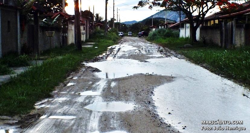 Ruas sem pavimentação estão cheias de lama no Manu Manuela. (Foto: João Henrique | Maricá Info)
