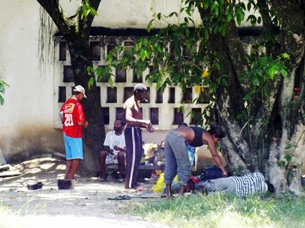 Moradores de rua se estabelecem em frente ao antigo Detran. (Foto: João Henrique | Maricá Info)