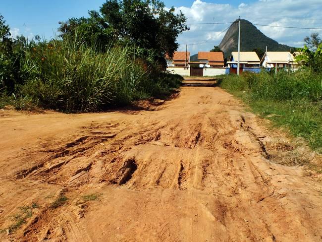 Ruas esburacadas e abandonadas em Itaipuaçu
