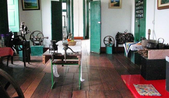 Objetos das fazendas históricas de Maricá também estão no Museu Histórico na Casa de Cultura.