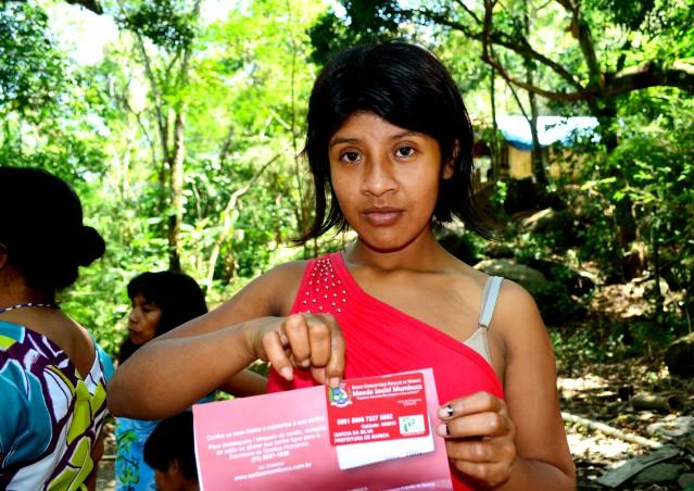 Índios recebem cartão cumbuca, moeda social de Maricá. (foto: Divulgação)