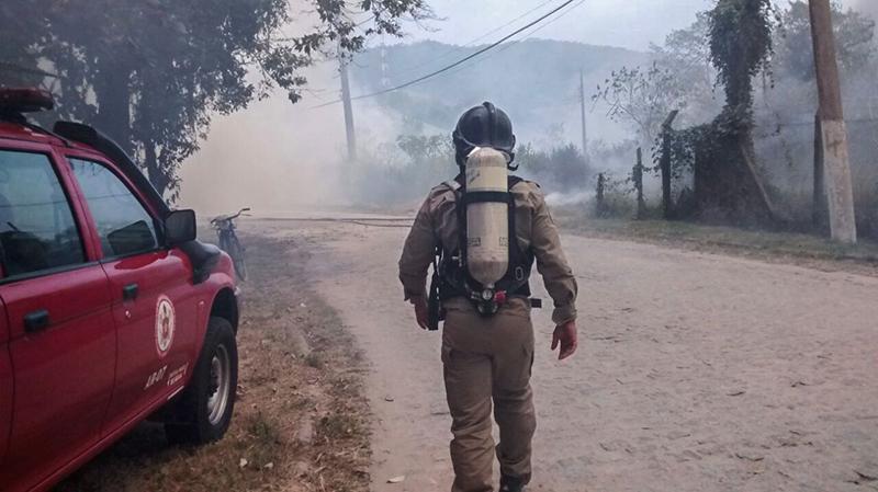 Bombeiros utilizaram bombas costais, abafadores e caminhão tanque para conter incêndio no Espraiado. (foto: Francisco Avelino)