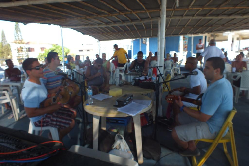 Quiosque Barracada faz sucesso na praia da Barra de Maricá. (foto: Mauro Luis   Maricá Info)