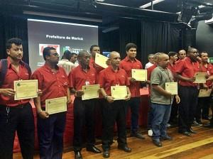 Funcionários da EPT recebem os elogios assinados pelo prefeito de Maricá, Washington Quaquá (PT). (foto: João Henrique | Maricá Info)