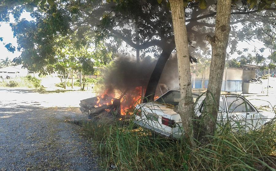 Carro incendiado em praça na rua 116, no Jardim Atlântico, em Itaipuaçu. (foto: Newton Barreto)