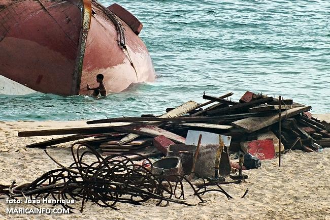 Partes do barco foram desmontadas e colocadas na areia da praia, que continua interditada para banho. (fotos: João Henrique | Maricá Info)