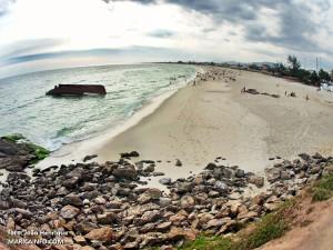 Barco está a menos de 10 metros da areia da praia. Operação para desmontagem começou na quinta-feira (29). (fotos: João Henrique | Maricá Info)