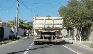 Motociclista trafega na contramão na estrada Beira Lagoa, na altura de Guaratiba. (foto: João Henrique / Maricá Info)