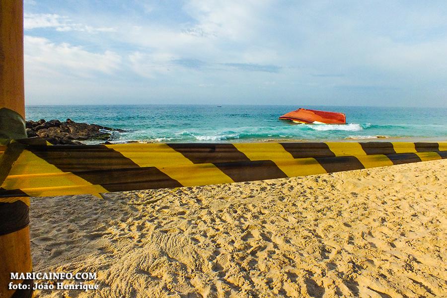 Barco naufragado há uma semana ainda está na praia de Ponta ... - Maricá Info (Blogue)