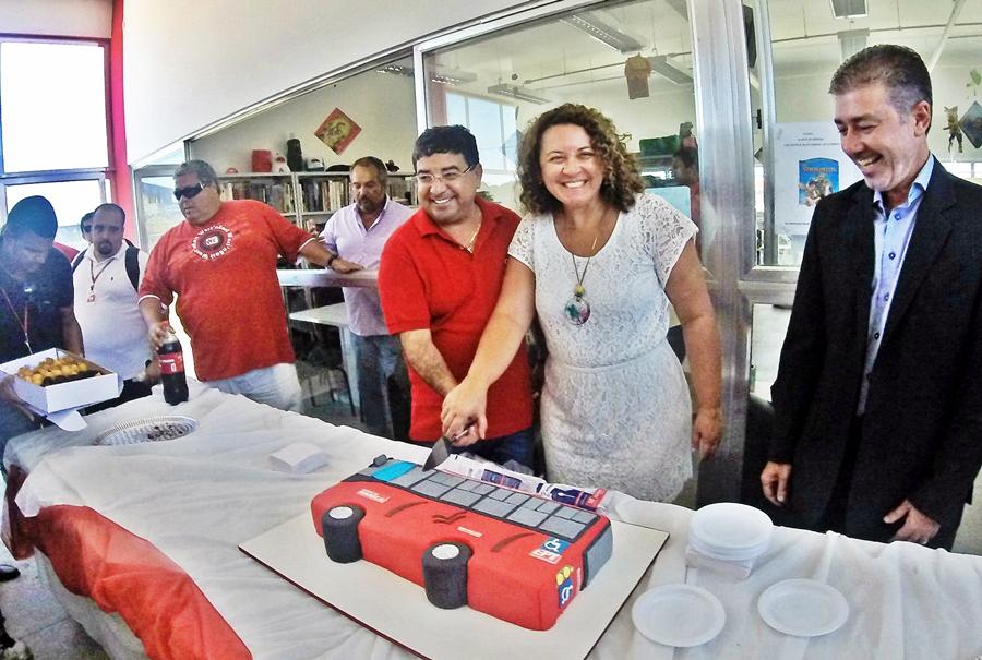 Prefeito Quaquá (PT) e a Deputada Estadual Zeidan (PT) cortaram o bolo em comemoração a um mês da Empresa Pública de Transportes. (foto: João Henrique | Maricá Info)