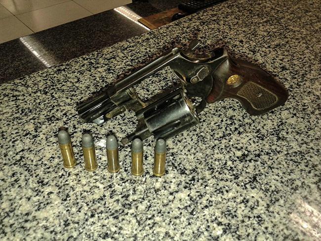 Revólver calibre 38 foi apreendido com oficial do exército em operação de rotina do BPRv. (foto: Mauro Luis / Maricá Info)