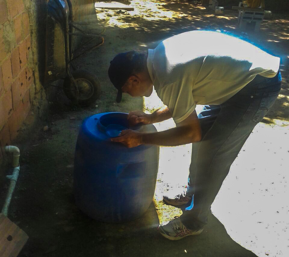Agentes percorreram ruas da região do loteamento Mutirão, em São José, em busca de focos de Dengue.