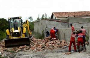 Funcionários da Secretaria Municipal Adjunta de Obras e Serviços Públicos se revezaram no desmonte e no carregamento do entulho. (fotos: Fernando Silva)