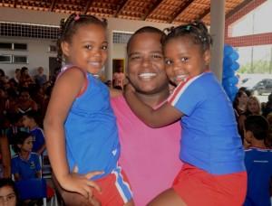 Técnico em enfermagem Maicon Pacheco ressaltou a confiança no trabalho da equipe da escola onde estudam as suas filhas Rebecca (6) e Esther (4). (foto: Clarildo Menezes)