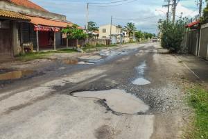 Crateras espalhadas em toda extensão da Avenida Maysa (RJ-102), em Maricá. (fotos: João Henrique / Maricá Info)