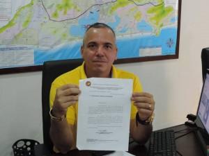 Robson Giorno com o parecer do Ministério Público, que mostra que a Lei Orgânica de Maricá está errada. (foto: Reprodução)