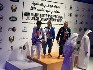 Mayssa Bastos venceu na sua categoria, até 55 kg no WPJJC, em Abu Dhabi. (fotos: Reprodução / Facebook)