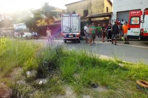 Caminhão Hyundai HR HDB foi parar em uma rua paralela e bateu em uma calçada. (foto: João Henrique / Maricá Info)