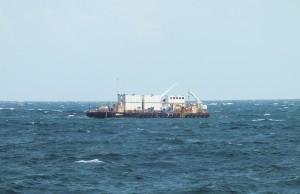 Balsa foi instalada há cerca de 2 km da praia de Itaipuaçu, na altura da rua 60 do Jardim Atlântico. (foto: João Henrique / Maricá Info)