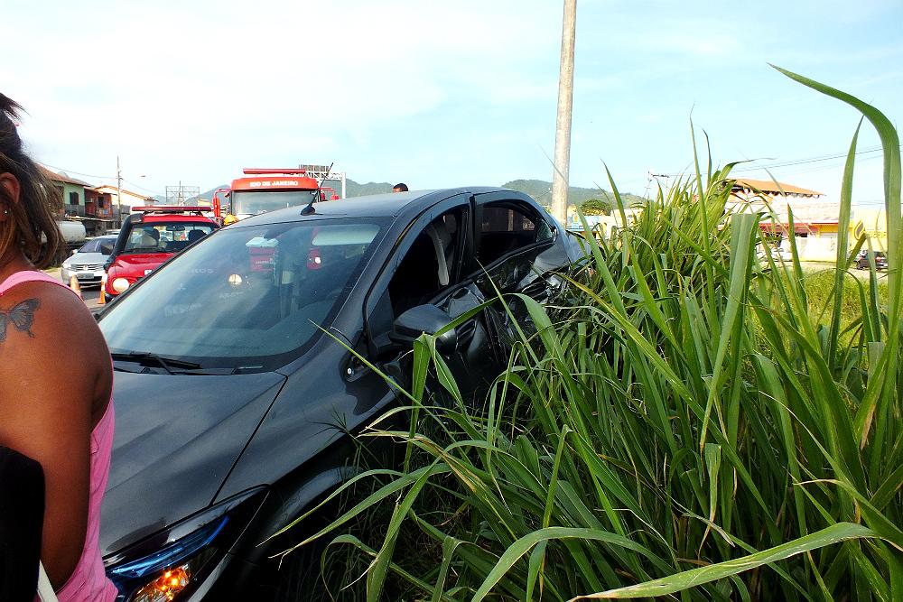 Veículo Prisma envolvido no acidente. (foto: João Henrique / Maricá Info)