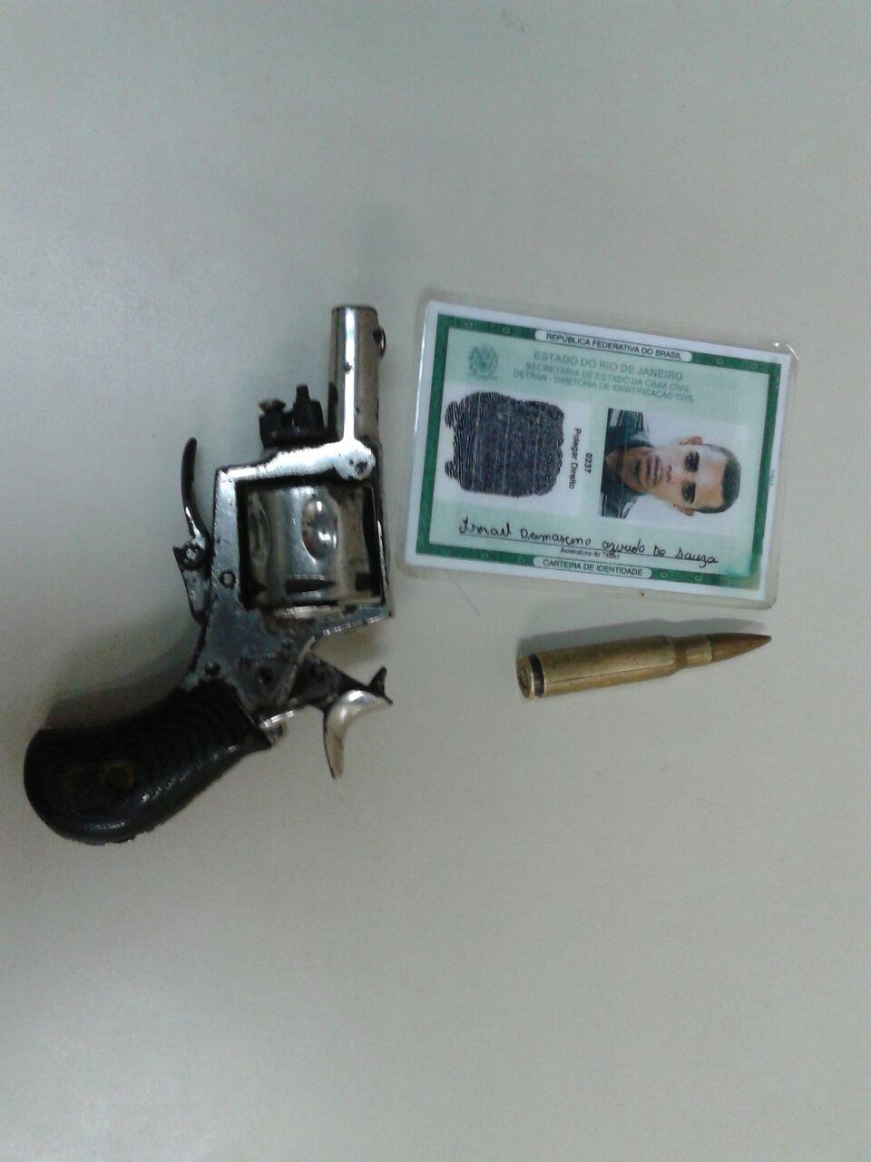 Na casa de Israel foi encontrado um revóvel e uma munição de fuzil.
