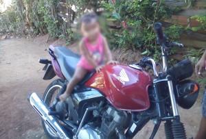 Moto roubada durante a noite de segunda-feira (13) utilizada no assalto.