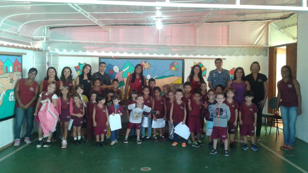 Palestra da Polícia Ambiental sobre a importancia da fauna e flora, realizada em escola de Itaipuaçu.