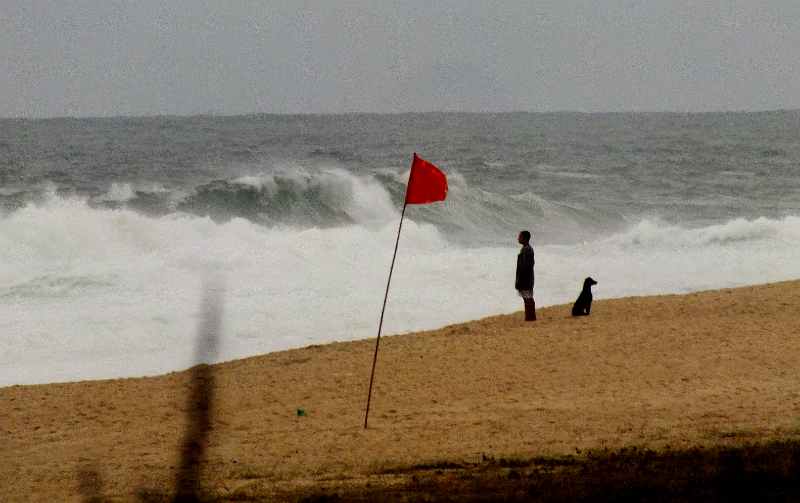 Ressaca atinge praias de Maricá