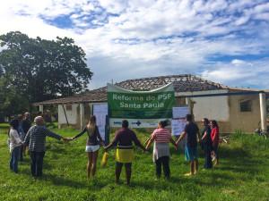 Moradores também fizeram abraço simbólico em frente ao posto de saúde pedindo a retomada das obras.
