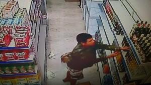 Imagens das câmeras mostram o ladrão roubando bebidas.
