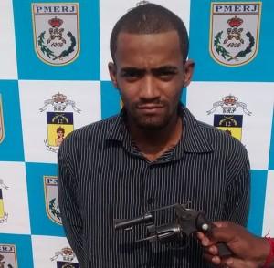 Com ele foi encontrado um revólver calibre 38. (fotos: Divulgação)