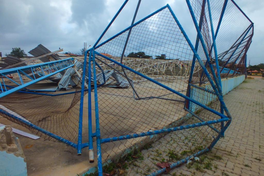 Cobertura da quadra continua no chão nove meses após temporal. (foto: João Henrique / Maricá Info)