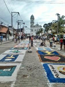 Tapetes de sal começam a ser confeccionados por volta das 7h30 desta quinta-feira. (foto: Arquivo / Maricá Info)
