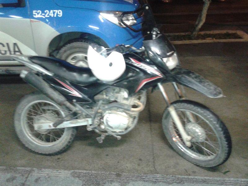 Moto roubado foi recuperada. (fotos: Mauro Luis / Maricá Info)